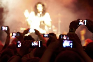 filming concerts through mobile phones